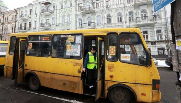 У Києві бидло-водій вигнав дитину з маршрутки, пасажири не витримали: відео жорсткої прочуханки