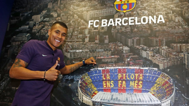 Замість футболіста контракт з Барселоною підписала маленька дочка: відео