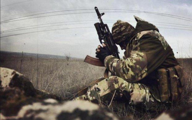 """Опасные ловушки: боец АТО показал """"подарочки"""" в лесу от боевиков"""