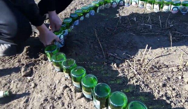Клумбы из бутылок, скриншот: YouTube