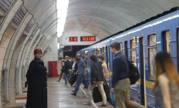 """Харків'яни влаштували """"свинарник"""" в метро: ганебні кадри"""