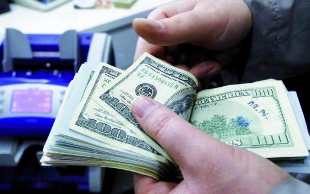 """Долар іде в """"круте піке"""": чого очікувати українцям"""