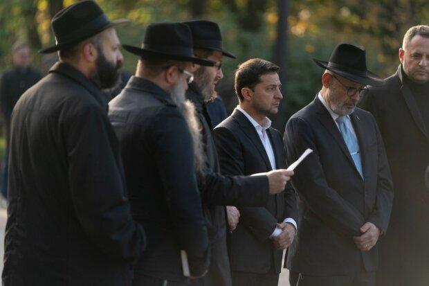 Зеленский посетил Бабий Яр: президент помолился и зажег лампадку