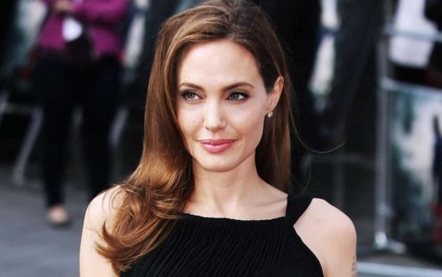 Джоли представила фильм о зверствах коммунистов