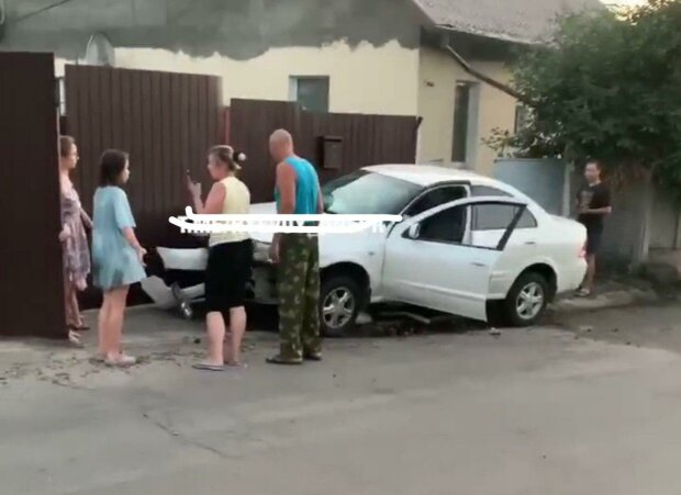 В Днепре пьяная подружка Зайцевой устроила дикий форсаж - влипла в забор и накивала шинами