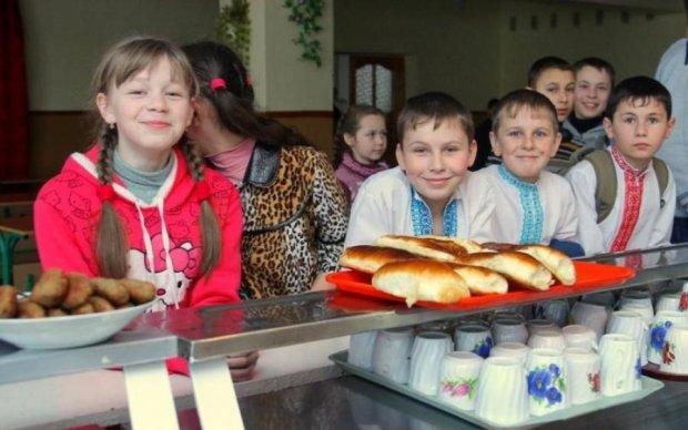 """Соцмережі жахнулися: школярів годували пиріжками з """"добавкою"""""""