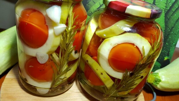 """Легкий рецепт помидоров с кабачками """"Сатурны в банке"""": гости будут шокированы"""