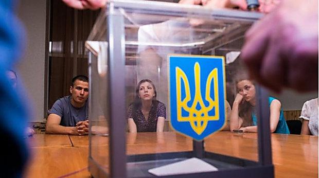 """Вибори президента України """"прикрасило"""" перше побоїще: камеру прибрав, швидко"""