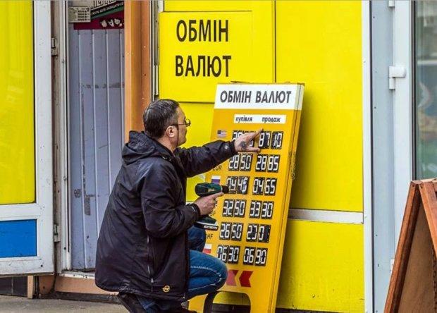 Банки відмовляються приймати долари українців: чому та що робити
