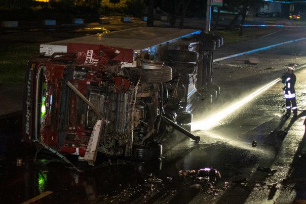 В Киеве фура снесла ограждение и слетела с моста: водитель родился в рубашке, дикие кадры дорожного вестерна