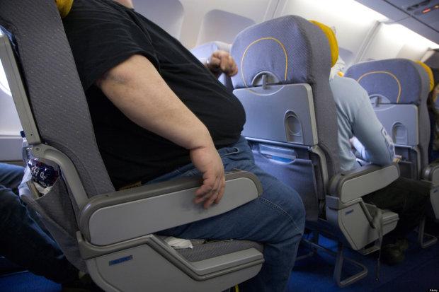 """""""Он был таким большим, что не помещался в кресле"""": пассажир подал в суд на авиакомпанию"""