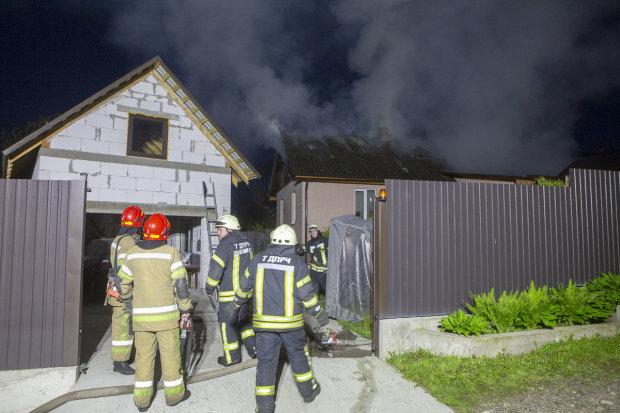Під Києвом потужний вибух зніс житловий будинок: рятувальники розгрібають завали, кадри пекла