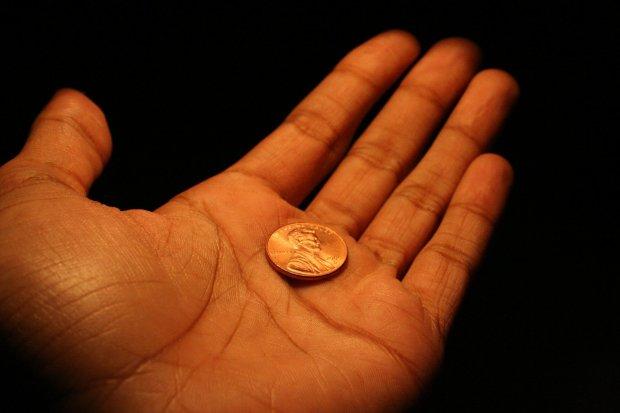 Женщина подумала, что нашла шоколадную медальку, но предмет оказался куда ценнее