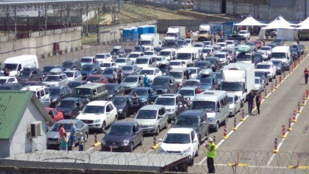 На Керченській переправі затор із тисяч авто