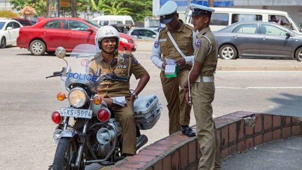 Мотоцикліст спробував підкупити картонного поліцейського. Угода не відбулася, і його заарештували