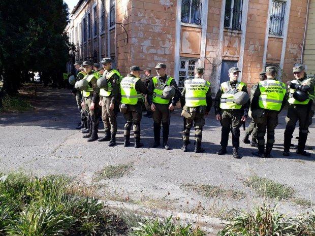 На территории детсада Харьковщины нашли тела отца и дочери: полиция оцепила район