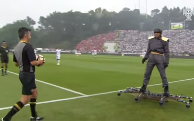 Мужчина в стиле Зеленого Гоблина развлек публику перед финалом Кубка Португалии