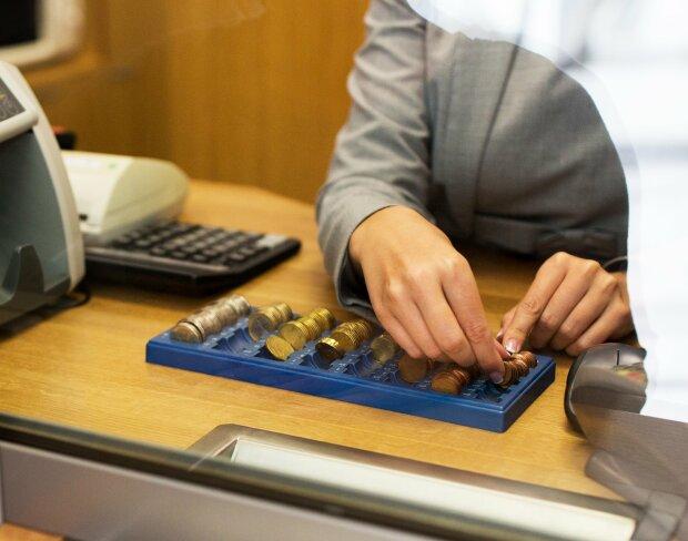 Банки відбирають останнє у клієнтів, щоб не збанкрутувати: як не потрапити на вудку і врятувати свої гроші
