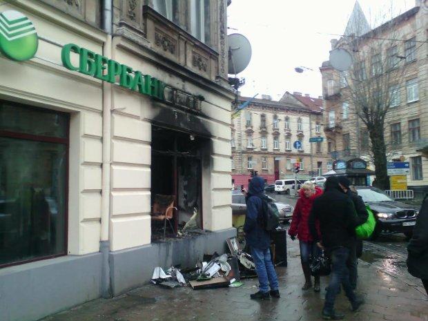 Слідом за Roshen почали палити російські банки: горить у Львові