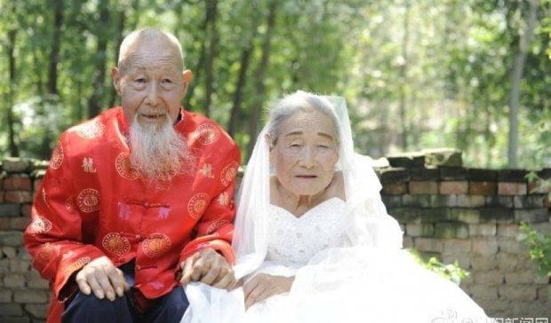 Китайская пара впервые сфотографировалась на дубовой свадьбе