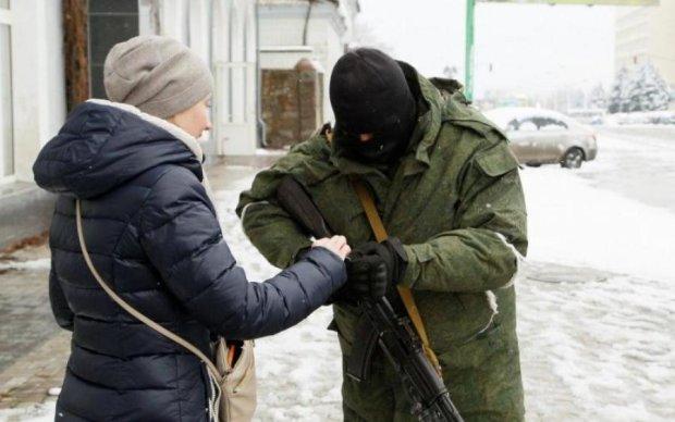 """Бойовики """"ЛНР"""" завили з голоду: у жителів випрошують їжу"""