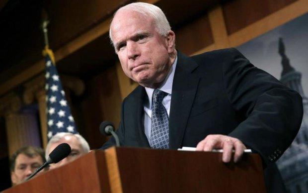 """Маккейн напомнил """"головорезу"""" Путину о его убийствах"""
