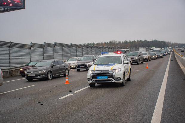 Під Києвом маршрутка на повному ходу зробила сальто, дорогу залито кров'ю: відео жорсткої ДТП злили в мережу