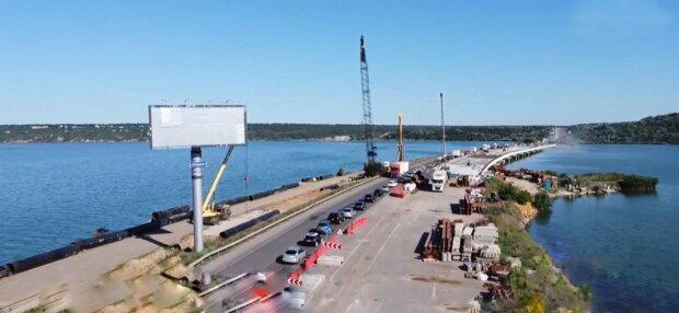 Українці застрягли в кілометрових пробках по дорозі до Азовського моря, нерви на межі - як об'їхати