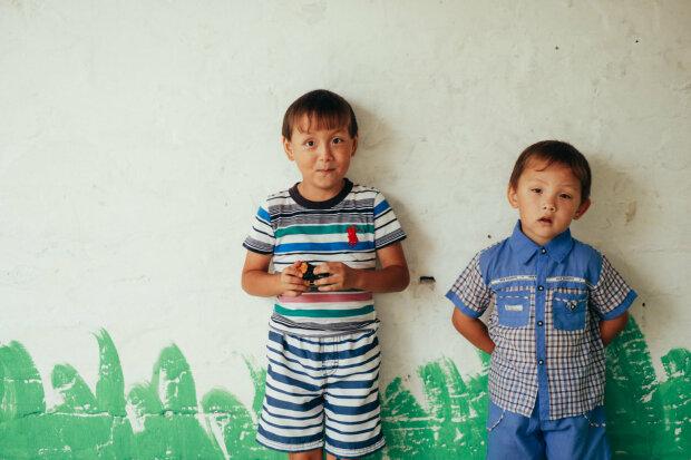 """В Днепре ищут семью для маленьких братьев, мальчики мечтают обнять маму: """"Она самая добрая"""""""