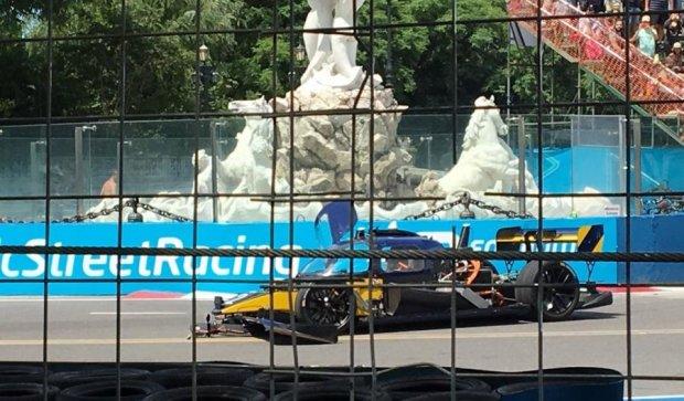 Первые в мире гонки беспилотных авто закончились катастрофой