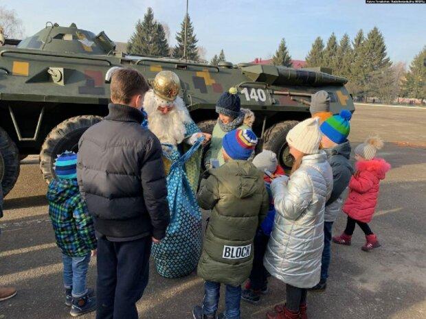 Суровый Львов: Святой Николай явился к детям на БТР