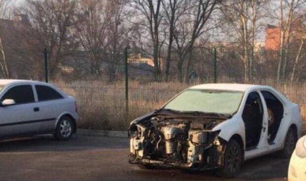 """Злодії розібрали автомобіль, фото """"Труха Харків"""": Telegram"""