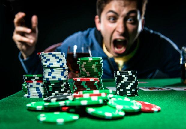 Азартный игрок пошел на отчаянный шаг и отдал последние пять долларов, результат шокировал даже владельцев казино