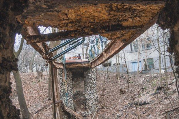 В Киеве развалился пешеходный мост: ходили дети