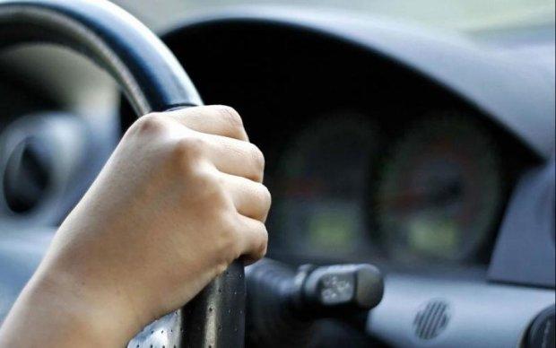 Наркотики, оружие и батя под кайфом: копы тормознули 9-летнего водителя