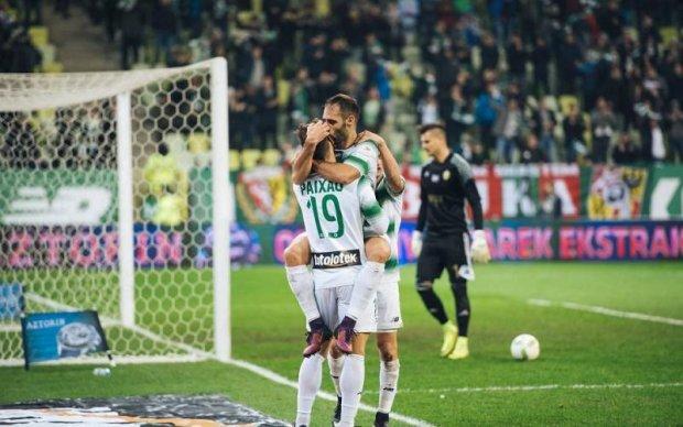 Футбольну команду підтримав натовп гумових жінок: фото