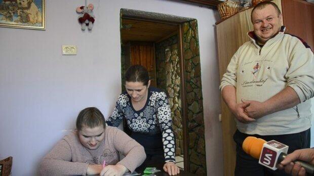"""На Тернопольщине сестры с ДЦП нашли призвание и поражают украинцев мастерством: """"Лучшее вдохновение - ваши слова"""""""