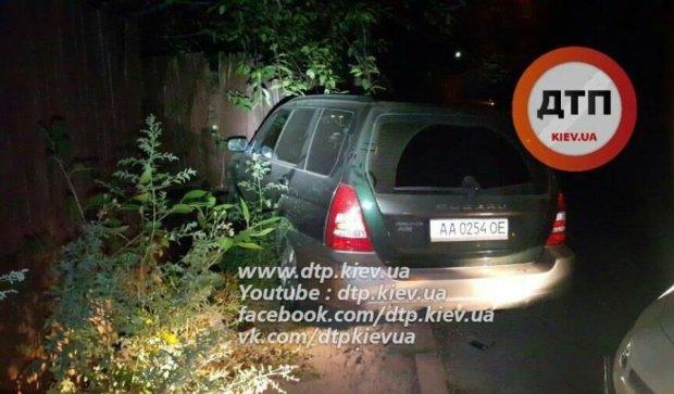Погоня і цирк: у Києві Subaru протаранив паркан