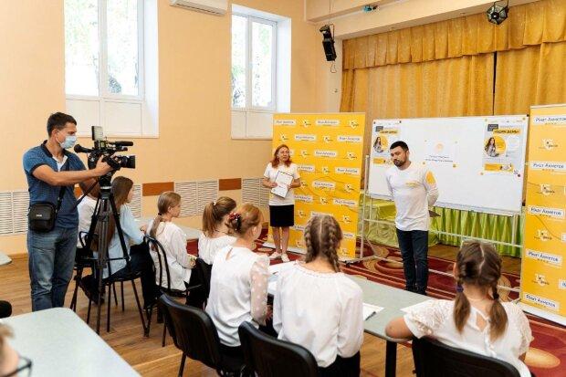"""Фонд Ріната Ахметова проводить безпрецедентний національний проєкт """"Тиждень Мирних"""""""