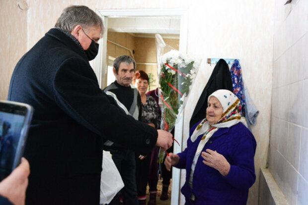 """100-летняя хмельнитчанка пережила Сталина с Гитлером и улыбнулась гостям: """"Украинки - самые сильные"""""""