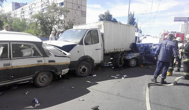 На Оболоні в Києві стикнулися чотири автівки  (фото)