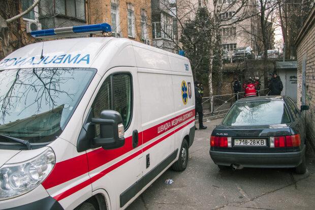 """У Києві двірник натрапив на труп із чорним обличчям і напівживого чоловіка, - """"лежали разом"""""""