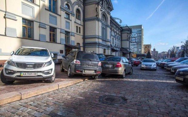 """""""Благодарю ублюдков"""": известный певец стал жертвой киевской шпаны"""