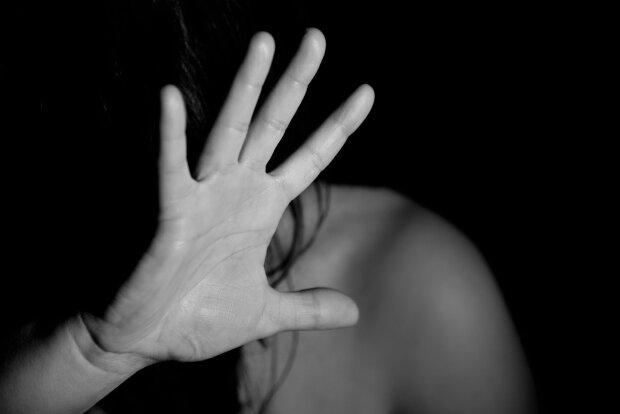 На очах у рідної доньки: у Києві збоченець збезчестив багатодітну матір, погрожував ножем