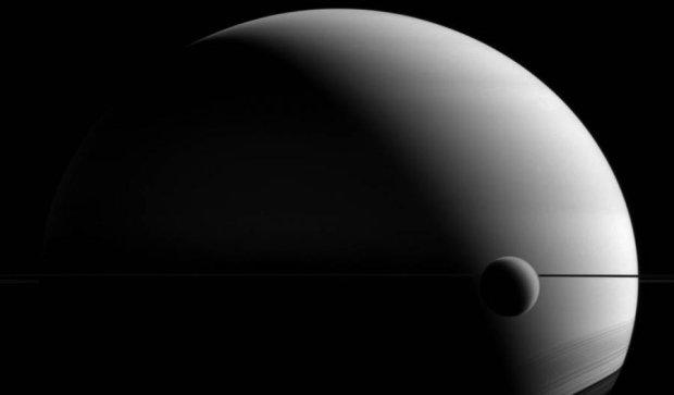 Cassini знайшов космічний пельмень поблизу Сатурна