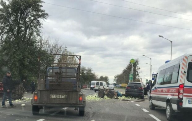 """Под Львовом трактор с овощами сделал """"сальто"""", вся дорога в капусте: """"Кому салатика?"""""""