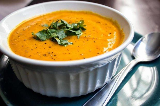 М'ятний крем-суп з горошку і кукурудзи всього за 20 хвилин