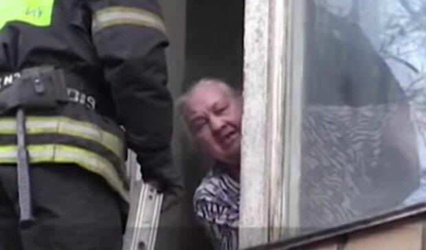 """Збожеволіла бабуся пригрозила суду викинутися з вікна разом з малолітнім онуком: """"Його мати - наркоманка"""""""