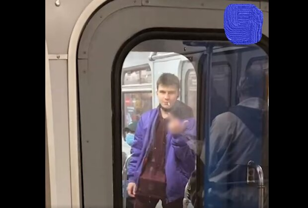 """В Киеве неадекват закурил прямо в вагоне метро, пассажиры в ауте: """"Еще один будет извиняться"""""""
