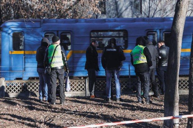 У Києві біля метро виявили тіло голої жінки: фото 18+